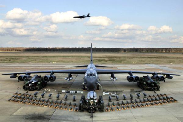 Mỹ muốn nâng cấp B-52 để mang được 'mẹ của các loại bom'