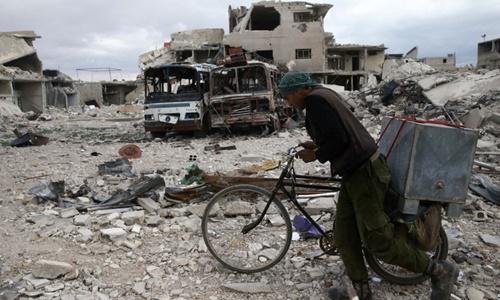 Khung cảnh đổ nát tại thị trấn Douma, Đông Ghouta, ngoại ô thủ đô Damascus, Syria, ngày 30/3. Ảnh: Reuters.