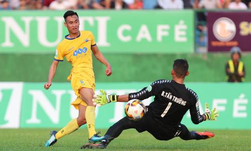 Minh Tuấn bỏ lỡ cơ hội khi đối mặt thủ môn Tấn Trường. Ảnh: Đức Đồng.