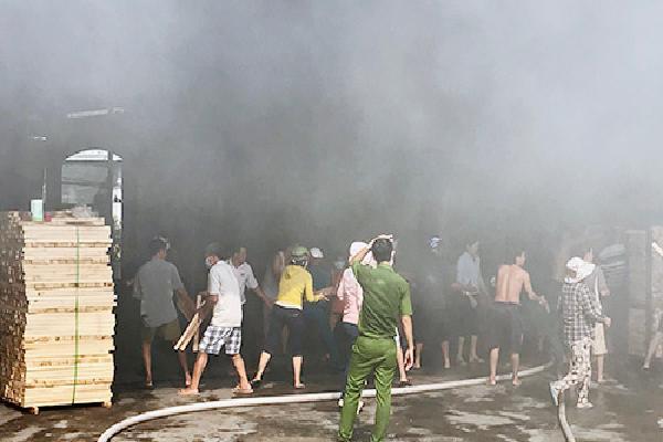 Xưởng gỗ ở Bình Dương cháy ngùn ngụt