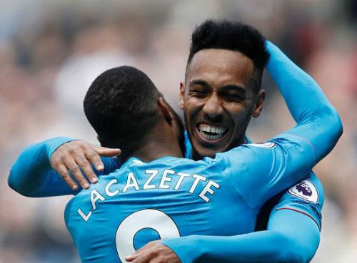 Đây là bàn thắng kết hợp giữa hai tiền đạo của Arsenal khi Aubameyang là người tạt bóng. Ảnh:Reuters.