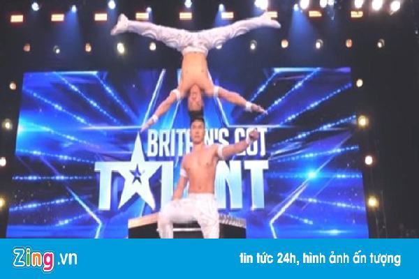 Giám khảo Britain's Got Talent đứng dậy reo hò khi Quốc Cơ, Quốc Nghiệp biểu diễn: 'Cảm ơn Việt Nam'