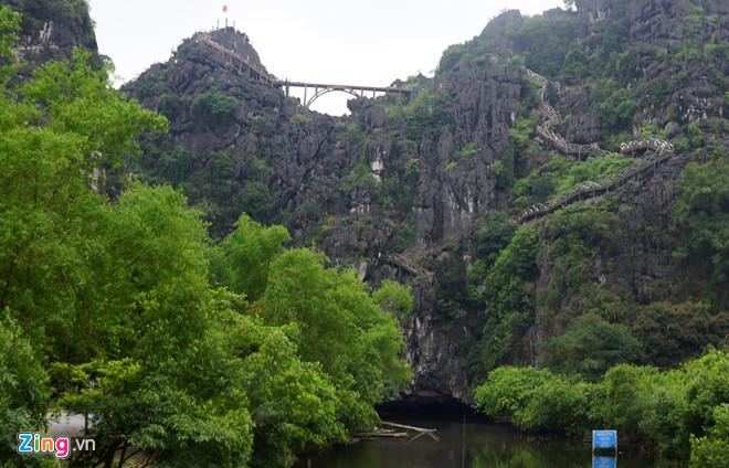 Sau hơn nửa tháng từ ngày tháo dỡ, công trình cầu không phép xuyên lõi Tràng An như vẫn còn nguyên hiện trạng. Ảnh: Nguyễn Dương.