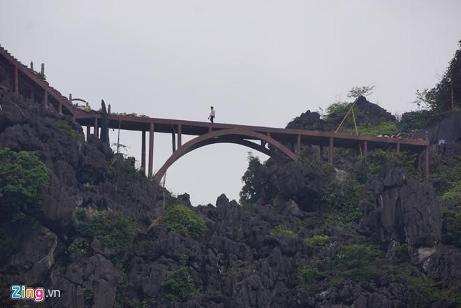 Công trình chỉ mới tháo dỡ được 40 m lan can ở vị trí đỉnh núi Cái Hạ. Ảnh: Nguyễn Dương.
