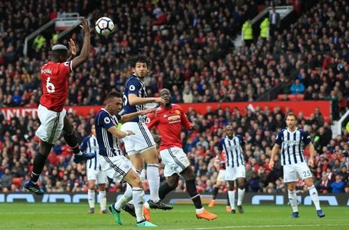 Tình huống Pogba dùng tay chơi bóng ở phút 28 trận gặp West Brom. Ảnh: PA.