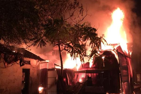 Hà Nội: Cháy nhà xưởng ở phố Định Công lúc nửa đêm, công nhân hốt hoảng bê đồ đạc tháo chạy
