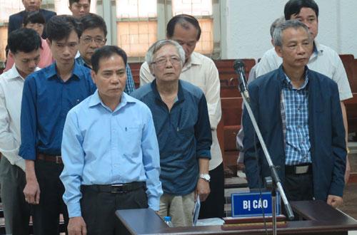 Bị cáo Trung (áo xanh, hàng đầu bên trái) và đồng phạm tại tòa.