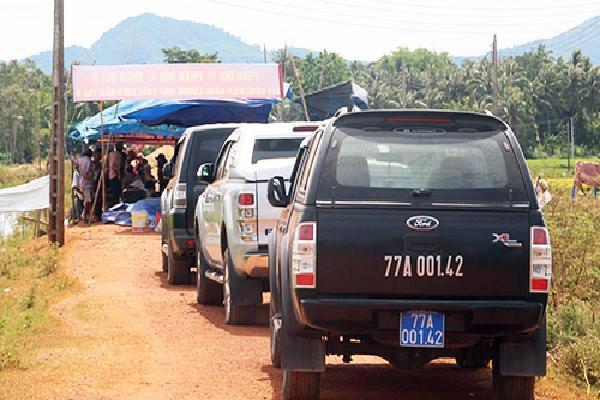 Người dân Bình Định trả 3 ôtô đoàn cán bộ sau một tuần giữ