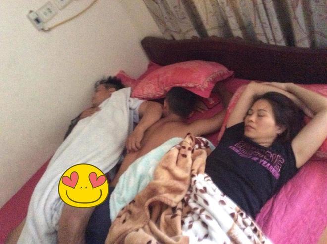 Hạnh phúc khi được bố mẹ gãi đầu, xoa lưng cho ngủ
