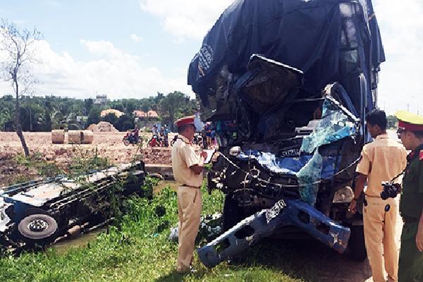 Ôtô tải tông liên hoàn ở Bình Dương, 3 người chết