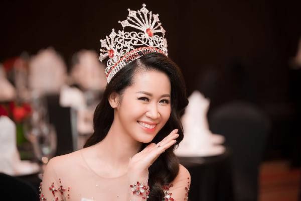 Dương Thùy Linh mở tiệc sau khi đăng quang Mrs Worldwide 2018