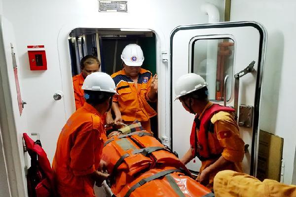 Vượt biển trong đêm cấp cứu ngư dân bị bệnh gần quần đảo Hoàng Sa