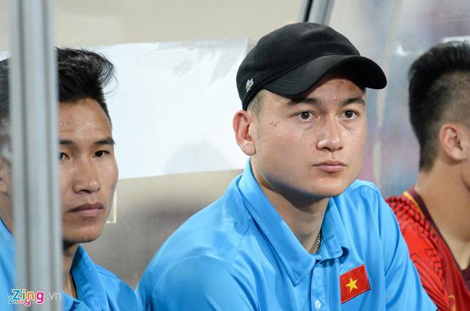 Văn Lâm buồn bã khi xuất hiện ở trận Olympic Việt Nam - Uzbekistan.