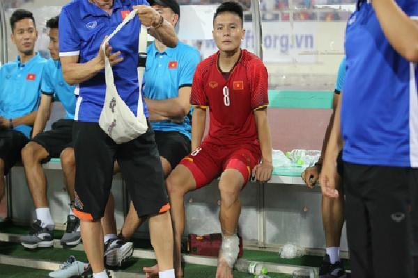 Quang Hải gây lo lắng với cổ chân quấn băng