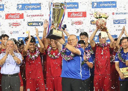 HLV Park Hang-seo và các học trò mừng chức vô địch giải giao hữu U23 quốc tế tối 7/8 tại Mỹ Đình.