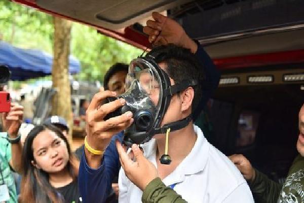 4 bé trai kẹt trong hang Thái Lan đeo mặt nạ lặn tới bệnh viện dã chiến
