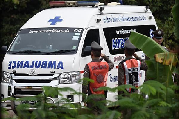 Hai cậu bé được giải cứu khỏi hang Thái Lan bị viêm phổi