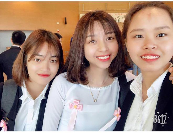 Ngọc Anh (ngoài cùng bên phải) cùng những du học sinh Nhật Bản khác