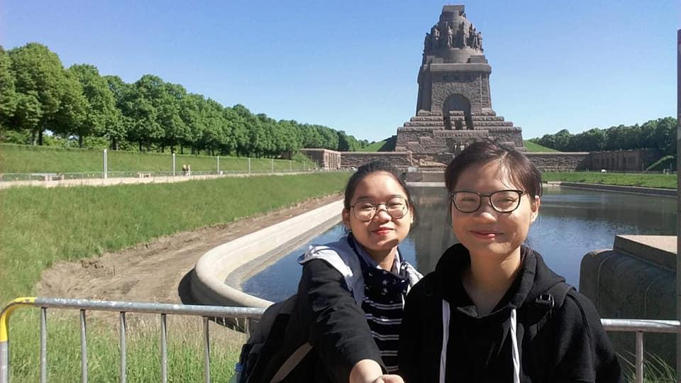 Thu Hiền - du học sinh Việt Nam tại Đức (bên phải)
