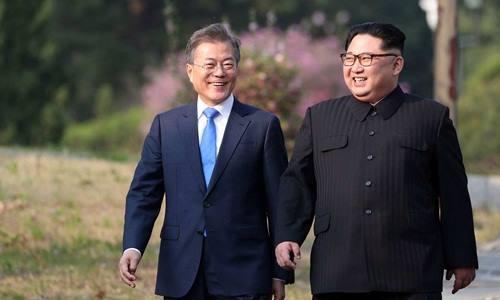 Tổng thống Hàn Quốc Moon Jae-in (trái) và lãnh đạo Triều Tiên Kim Jong-un tại hội nghị thượng đỉnh ngày 26/4 ở Panmunjom. Ảnh: Korea Summit Press Pool.