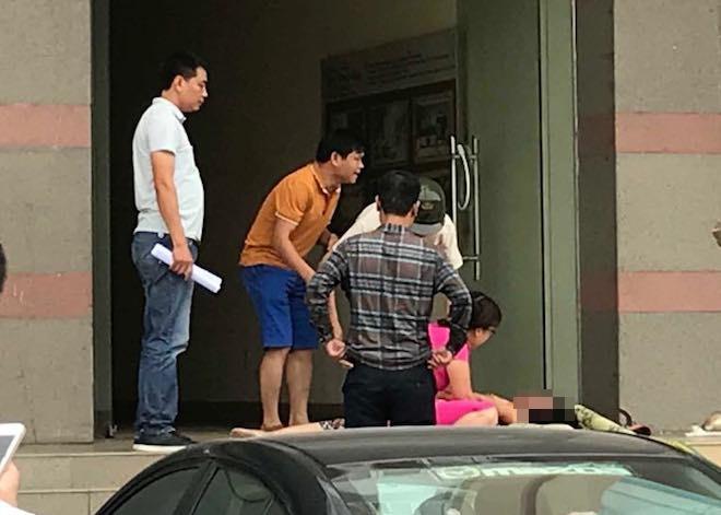 Con gái cùng người thân khóc ngất bên thi thể bà B.
