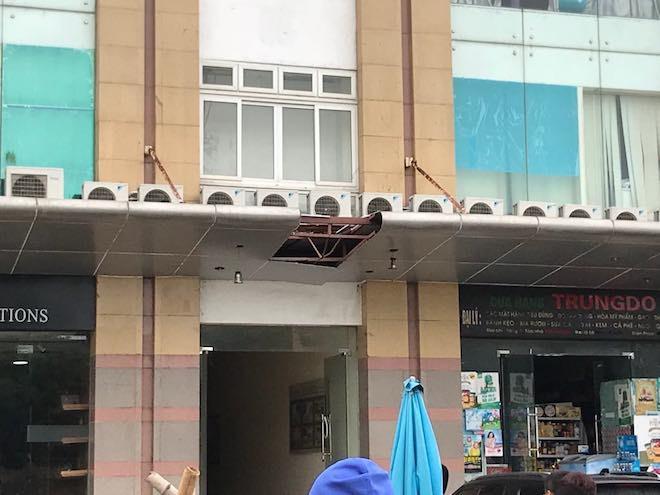 Vị trí thi thể bà B. rơi đập trúng mái tầng 1.