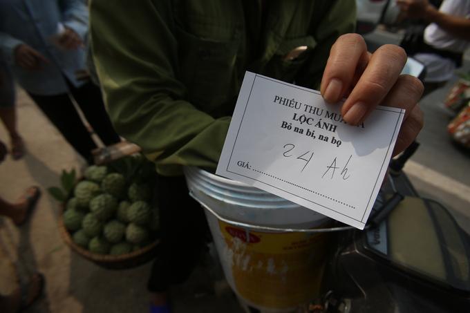 Người bán sẽ được phát một phiếu thu mua với giá tiền viết tay, sau đó cân vo cả thúng.