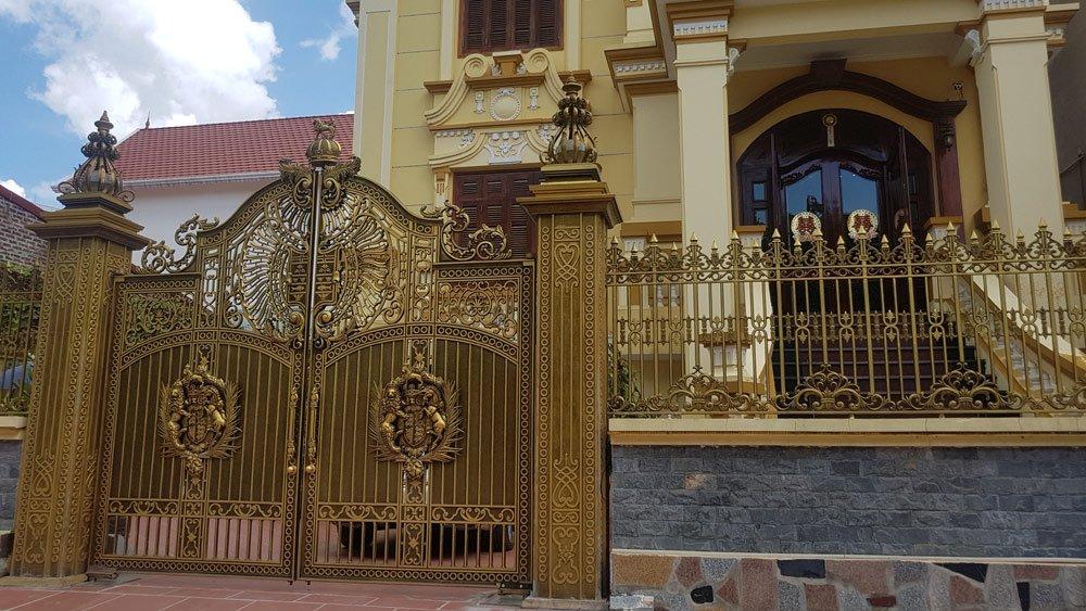 Một bộ cánh cổng, tường rào bằng đồng của một biệt thự tại khu đô thị Phú Lộc.