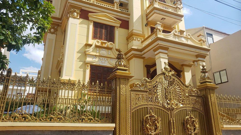 Phong cách cổ kính nhưng quý tộc của một tòa biệt thự vừa được hoàn thiện.