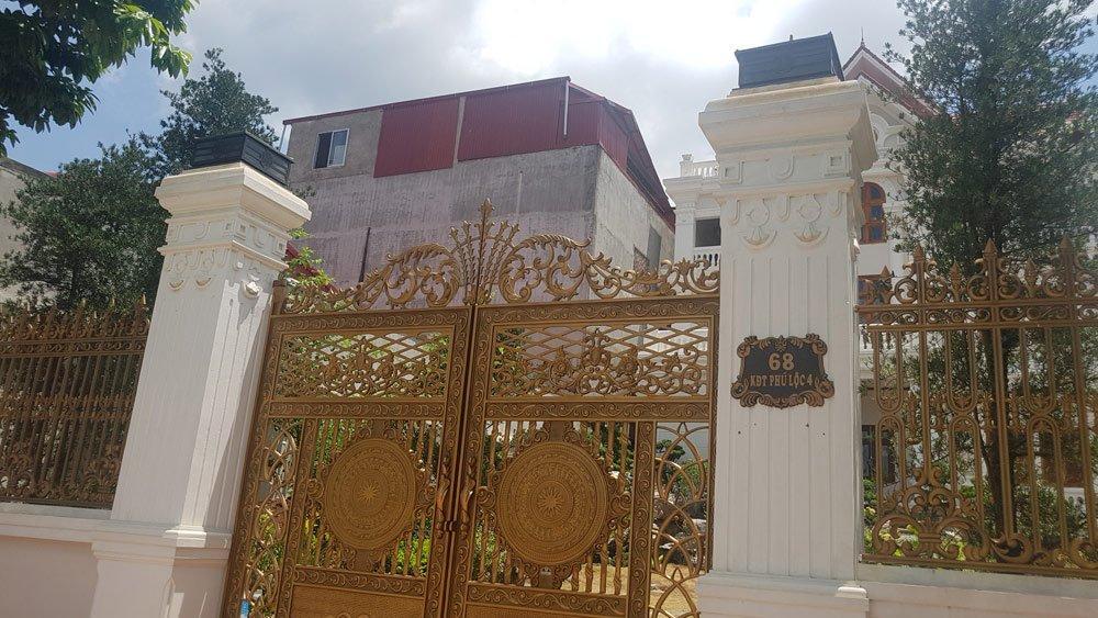 Một bộ cánh cổng đồng đúc nguyên khối có giá vài trăm triệu đồng...