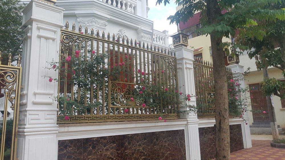 Cổng chính, hàng rào của biệt thự này đều bằng đồng đúc nguyên khối.