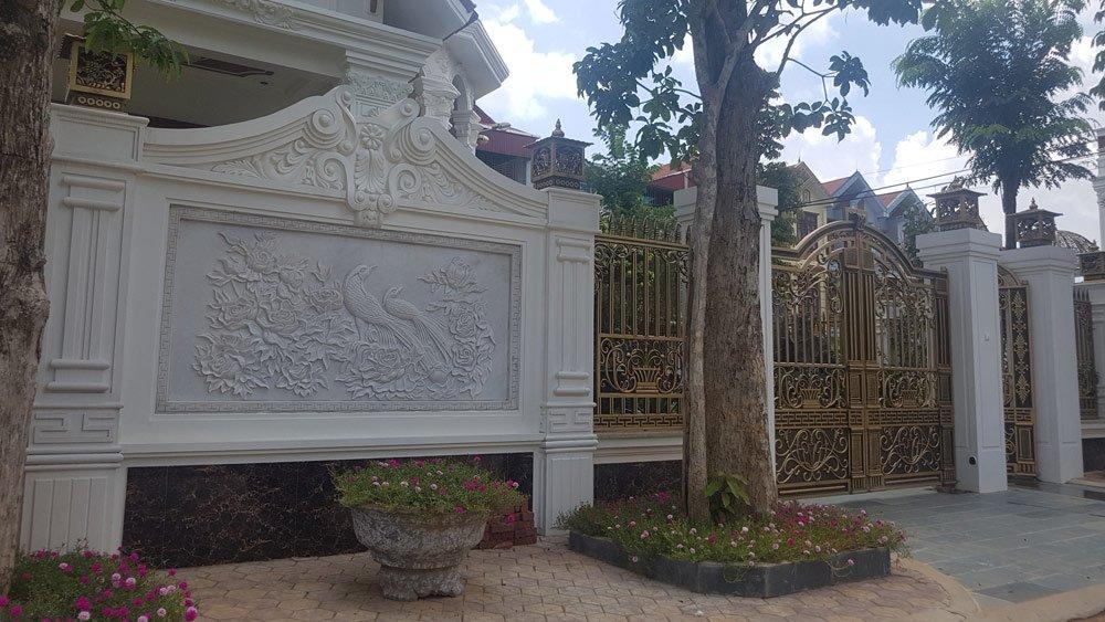 Bức phù điêu trang trí ngay cổng ra vào chính của khu biệt thự.