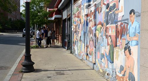 Một bức tranh tường ở khu Fields Corner, thành phố Boston thể hiện sự đa dạng trong lịch sử lâu đời của khu vực này. Ảnh: WGBH