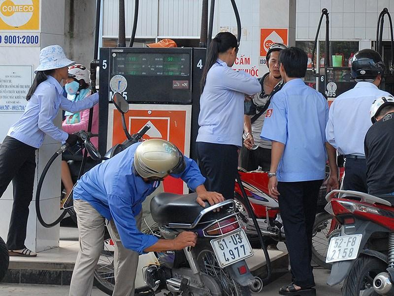 Việc tăng thuế bảo vệ môi trường chắc chắn sẽ đẩy giá bán lẻ xăng dầu lên cao. Ảnh: HTD