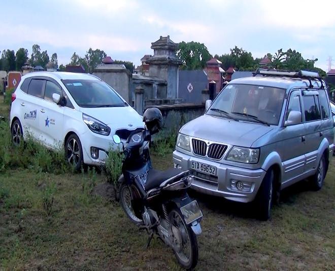 Cảnh sát tạm giữ 6 ôtô cùng hàng chục xe máy của người tham gia đánh bạc. Ảnh: Công an tỉnh Quảng Ngãi cung cấp.