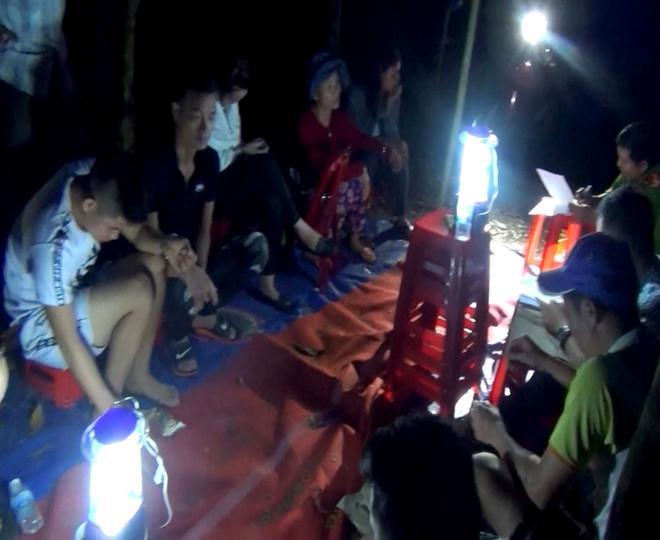 Cảnh sát bắt quả tang nhiều người đánh bạc giữa rừng keo huyện Mộ Đức. Ảnh: Công an Quảng Ngãi cung cấp.