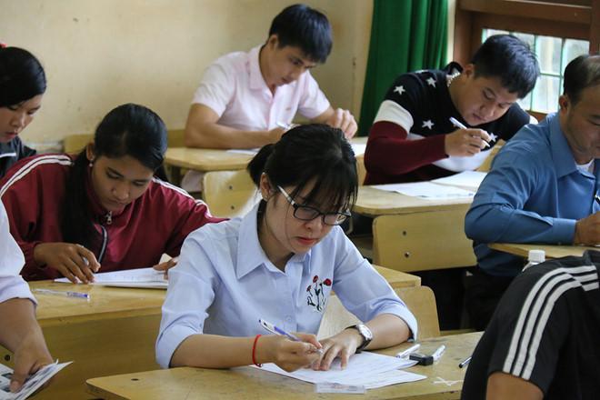 Các thí sinh làm bài thi THPT quốc gia 2018 tại Đắk Nông. Ảnh: Trần Lộc.