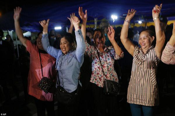 Thái Lan ăn mừng giải cứu đội bóng mắc kẹt trong hang Tham Luang thành công