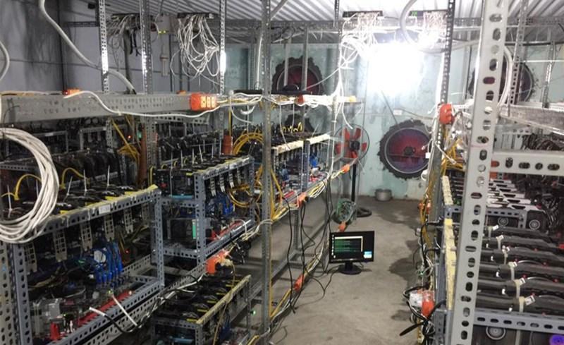 """Một """"chuồng trâu"""" với nhiều máy đào tiền ảo hoạt động tại TP.HCM."""