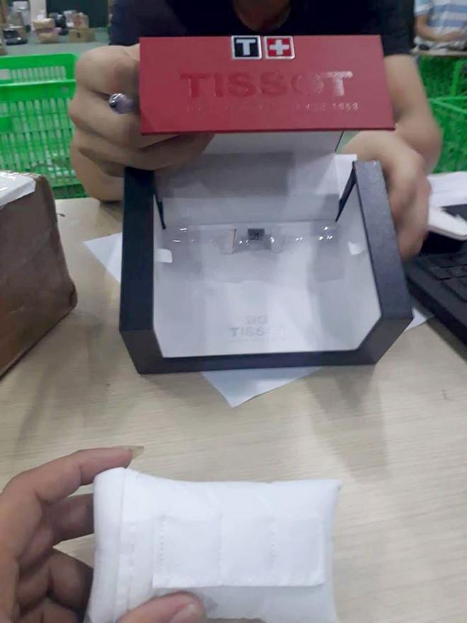 Thấy gói hàng bị mất niêm phong, khách hàng yêu cầu kiểm tra thấy chiếc đồng hồ biến mất. Ảnh: Quang Anh.