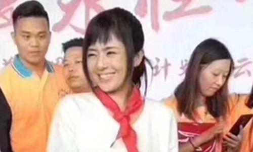 Sora Aoi đeo khăn quàng đỏ tại sự kiện cho công ty Baizhentang tổ chức ngày 29/7. Ảnh: 163.com.