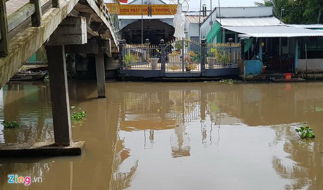 Đoạn sông nơi nạn nhân nhảy xuống sau khi bị phóng hỏa. Ảnh: Việt Tường.