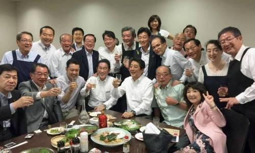 Thủ tướng Shinzo Abe (hàng ngồi, thứ ba từ phải) và các nhà lập pháp Đảng Dân chủ Tự do tham dự buổi tiệc riêng được tổ chức tại Tokyo hôm 5/7. Ảnh: Twitter.