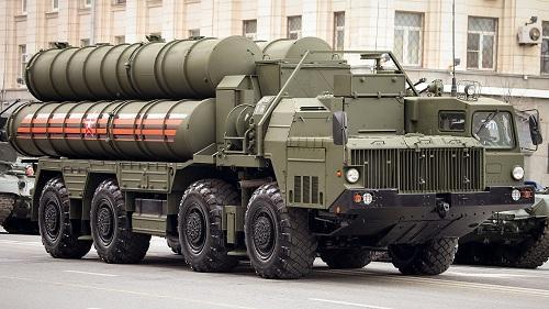 Xe chở tên lửa phòng không tầm xa S-400. Ảnh: RBTH.