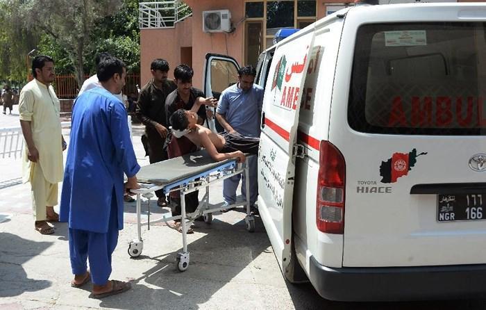 Đưa nạn nhân bị thương sau vụ giao tranh đến bệnh viện