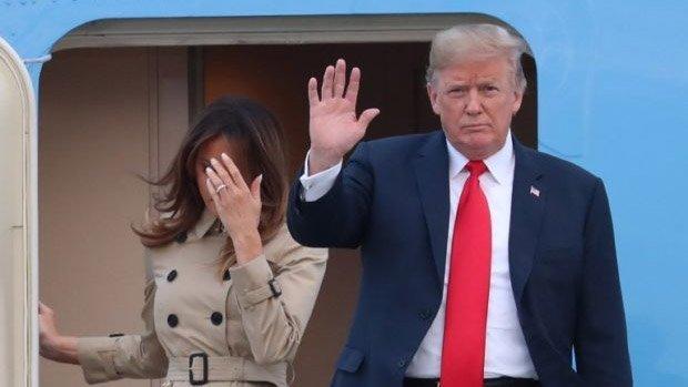Tổng thống Mỹ Donald Trump cùng Đệ nhất phu nhân Melania Trump bước xuống chuyên cơ sau khi chiếc Không lực Một hạ cánh tại căn cứ không quân Melsbroek, cách thủ đô Brussels 12km về phía đông bắc hôm 10/7. Ảnh: Inquirer