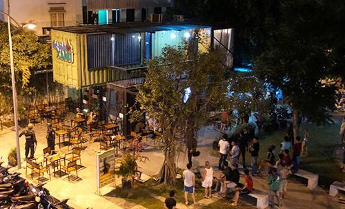 Cảnh sát vây bắt Bình tại quán cà phê ở quận 12. Ảnh: Quốc Thắng.
