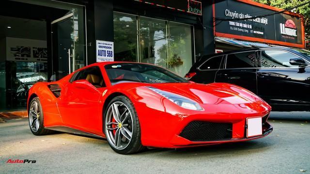 Ferrari 488 Spider xuất hiện tại một showroom tư nhân có tiếng tại Hà Nội. Ngoại thất đỏ rực khiến chiếc siêu xe nước Ý trở nên nổi bật giữa dàn xe sang.