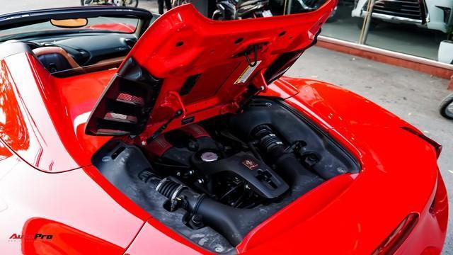 Ferrari 488 Spider sử dụng động cơ V8 siêu nạp, có dung tích 3.902 cc. Xe sử dụng hộp số 7 cấp ly hợp kép được ứng dụng trên những mẫu xe đua F1. Ferrari 488 Spider có công suất cực đại 669 mã lực tại 8.000 vòng/phút và mô-men xoắn cực đại đạt 760 Nm tại 6.750 vòng/phút. Ferrari 488 Spider chỉ mất chưa tới 11 giây để hoàn thành quãng đường 400 m. Xe có thể đạt vận tốc 100 km/h sau 3 giây kể từ trạng thái tĩnh và mất thêm 5,7 giây để đạt 200 km/h. Theo Ferrari công bố, vận tốc tối đa của 488 Spider là 325 km/h.