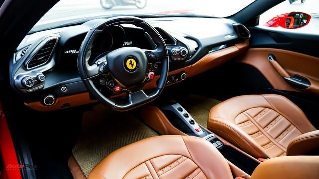 Khoang nội thất bên trong Ferrari 488 Spider.